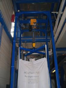 Detail Elektrische Kettenzug für 1200 kg, Hebeweg 4,5m mit Hebekreuz festmontiert an Vierkantrohr Gestell